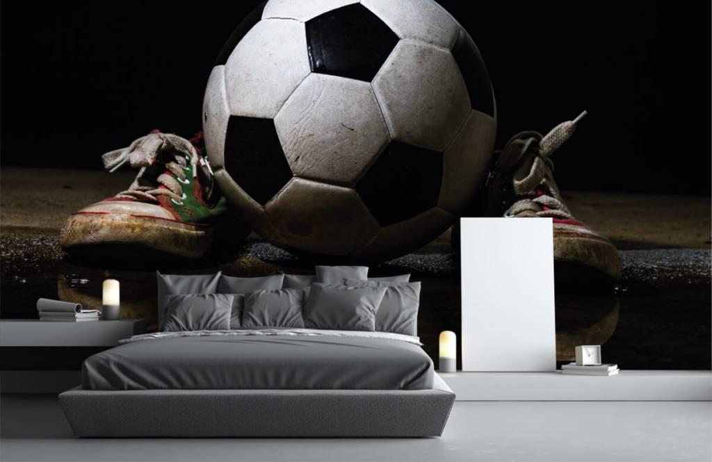 Fotboll tapet Fotboll mellan två sneakers 3