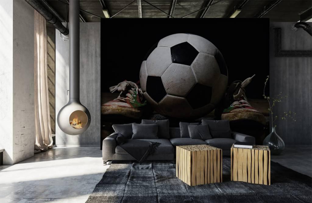 Fotboll tapet Fotboll mellan två sneakers 5