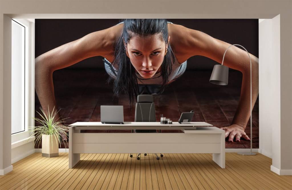 Fitness Kvinna som gör armhävningar 1