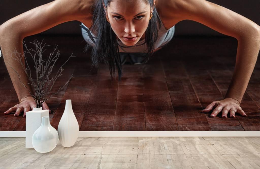 Fitness Kvinna som gör armhävningar 8