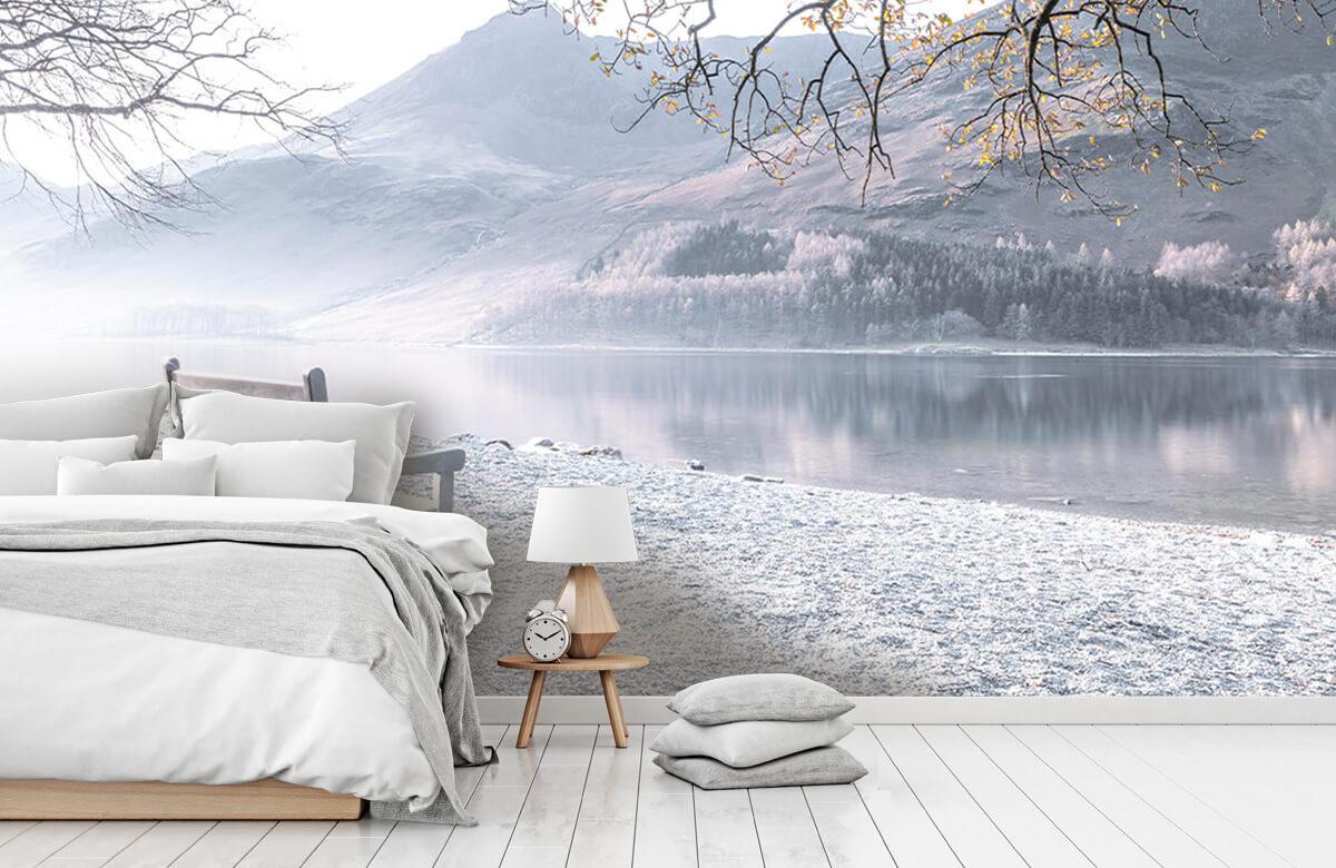 Bänk vid en lugn sjö 2